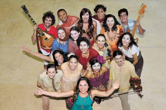 Os alunos de artes cênicas, com músicos convidados e a professora e orientadora Rita de Almeida Castro (à frente): três semestres de preparação  (Carlos Moura/CB/D.A Press)