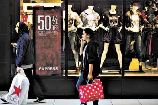 Consumidores nos EUA: possibilidade de apontar valor de bens materiais estimula as compras (Joshua Lott/AFP - 29/11/2013)