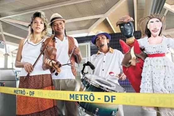 Os artistas que fazem parte do projeto Estação Brincadeira Popular comemoram a iniciativa  (Oswaldo Reis/Esp. CB/D.A Press)
