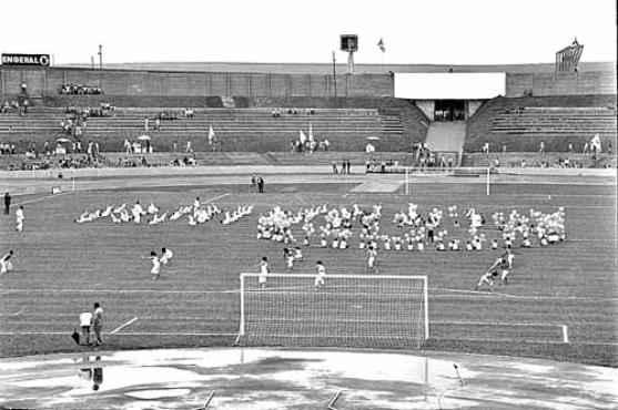 Inauguração do antigo estádio Mané Garrincha: festa e jogo (Arquivo Público do DF/CB/D.A Press)