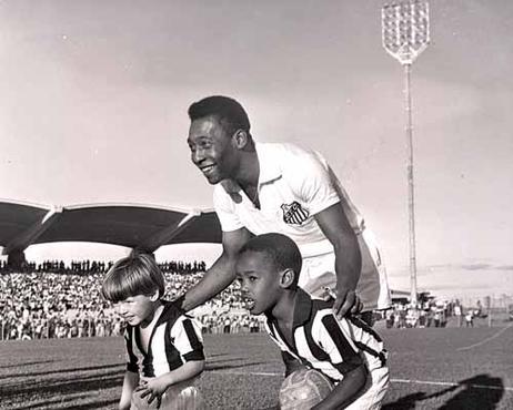 Pelé posa durante o certame inaugural do estádio que leva o nome dele (Arquivo Público do DF/CB/D.A Press)
