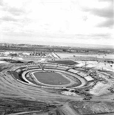 Mané Garrincha ainda em construção: poeira ao redor (Arquivo Público do DF/CB/D.A Press)