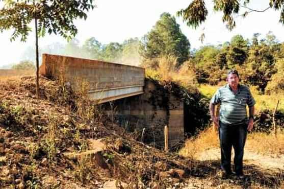 João da Irene, parceiro do mestre, em frente à ponte atual, mudada para aguentar mais peso (Zuleika de Souza/CB/D.A Press)