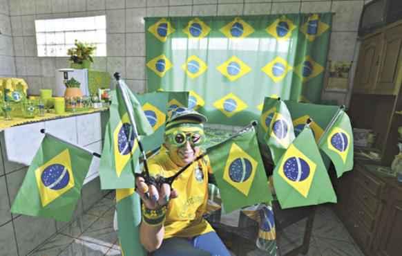 A auxiliar de enfermagem Marilza da Silva , uma torcedora incomum, decorou a casa com os símbolos do Brasil  para a Copa do Mundo (Gustavo Moreno/CB/D.A Press)