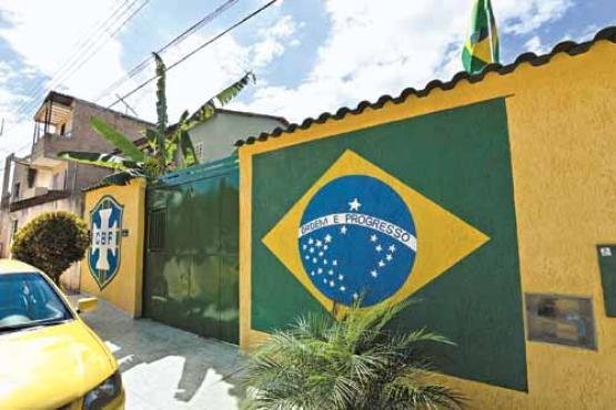 A Bandeira do Brasil e o símbolo da CBF dão as boas-vindas aos que chegam à casa de Marilza, no Grande Colorado (Gustavo Moreno/CB/D.A Press)