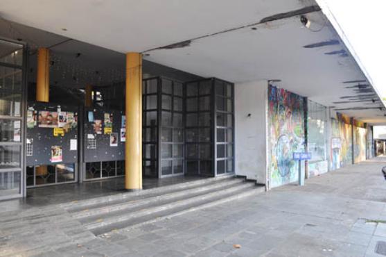 A entrada principal: portas fechadas