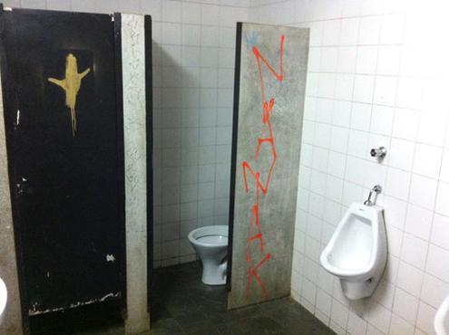Banheiro em manutenção: o abandono interno é similar àquele observado do lado de fora