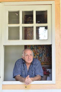 O escritor debru�ado numa janela de um dos  casar�es de Piren�polis