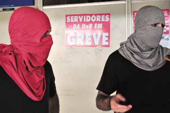 Para integrantes do movimento, protesto com caráter político tem como objetivo impedir a criminalização e o jubilamento de oito alunos (Paula Rafiza/Esp. CB/D.A Press)