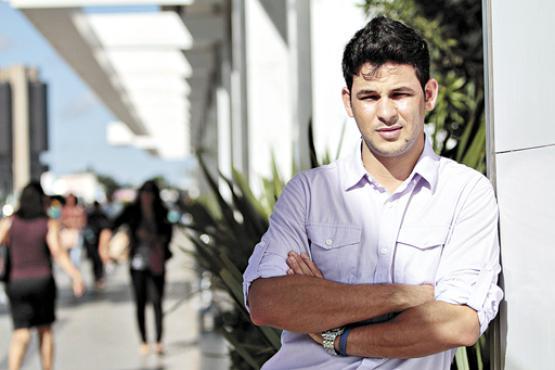 Caso a jornada de trabalho fosse reduzida, o vendedor Tiago teria mais tempo para concluir a faculdade de administra��o (Ana Rayssa/Esp. CB/D.A Press )