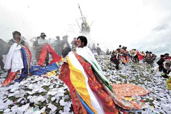 Tibetanos participam de celebração: 87% carregam variante de gene só identificada até hoje no DNA denisovano