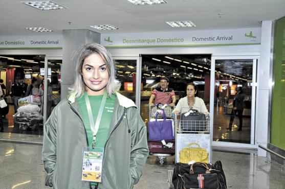 No aeroporto, Fernanda aproveitou para conversar com turistas e praticar o espanhol (André Violatti/Esp. CB/D.A Press)