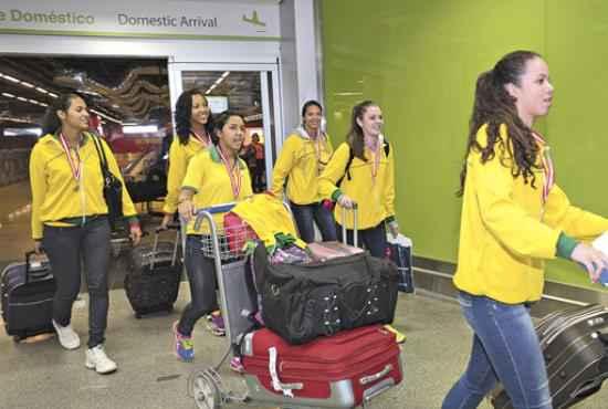 Na chegada a Brasília, a animação tomou conta das jovens: sonho conquistado (Ed Alves/CB/D.A Press)
