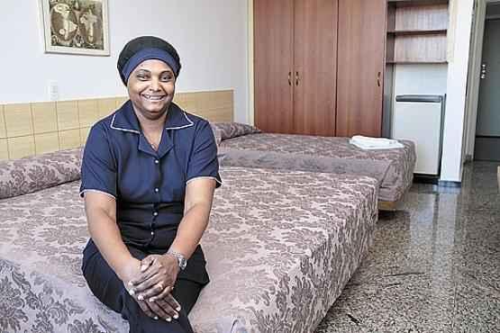 A camareira Virgína passou por formações gratuitas: essencial para o trabalho num hotel (Ana Rayssa/Esp. CB/D.A Press)