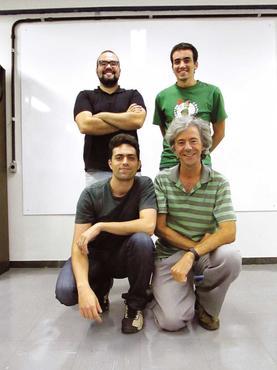 Luciano, Joel Reis (agachados), Matheus e Rodrigo criaram o avião  (Arquivo pessoal)