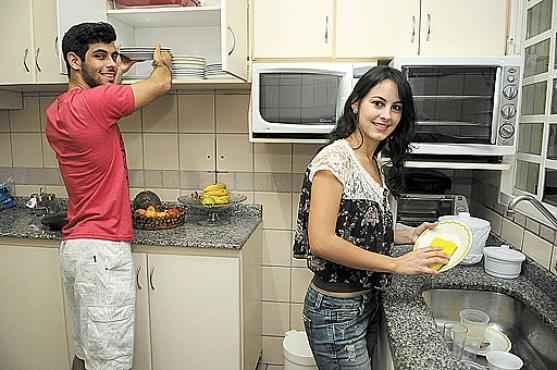 A mãe de Rafaella e Miguel divide as tarefas de casa sem distinção e não exclui o marido da lista de afazeres (Minervino Junior/CB/D.A Press)