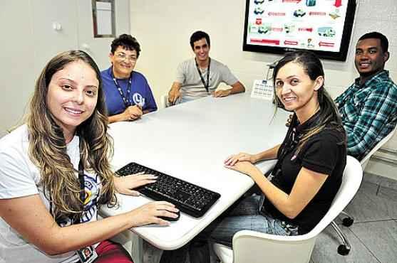 Gabriela (à esquerda) com a equipe: abandonar atitudes negativas, como não saber trabalhar em equipe e ser fechada para críticas, trouxe promoções (Bruno Peres/CB/D.A Press )