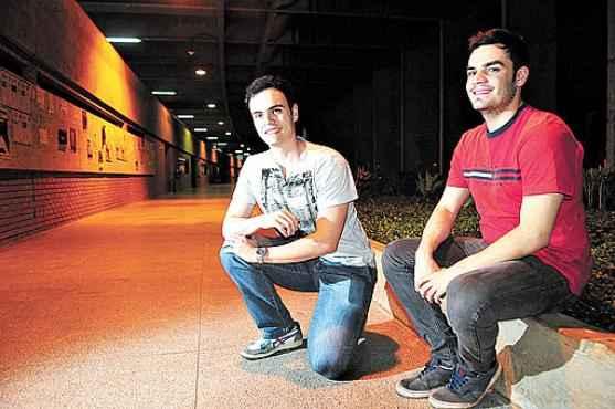 Os irmãos Thiago e Cássio da Costa: teste para acelerar o semestre na escola e decisão liminar efetivaram o ingresso precoce na universidade (Bruno Peres/CB/D.A Press)