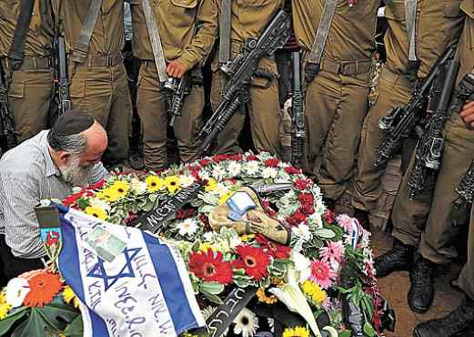 A fam�lia e companheiros do Ex�rcito sepultam o tenente Hadar Goldin: Israel j� perdeu 64 soldados