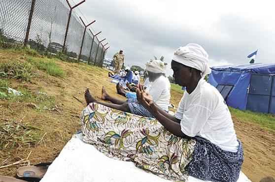 Na Libéria, mulheres rezam pelo fim da epidemia: o país africano concentra a maioria dos casos de infecção e morte  (Zoom Dosso/AFP)