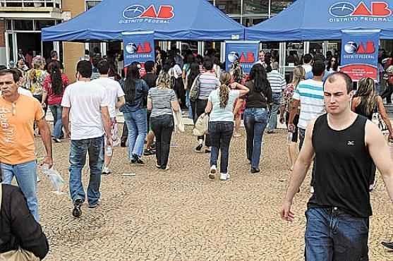 Alunos chegam para fazer o exigente exame da OAB: em 2014, no Distrito Federal, a cada 10 candidatos que tentaram a prova, só quatro passaram (Gustavo Moreno/CB/D.A Press - 30/10/11)