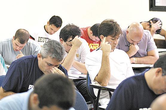 Graduados em direito fazem exame da OAB: se lei entrar em vigor, o registro será dispensado para atividade por até três anos (Gustavo Moreno/Esp. CB/D.A Press)