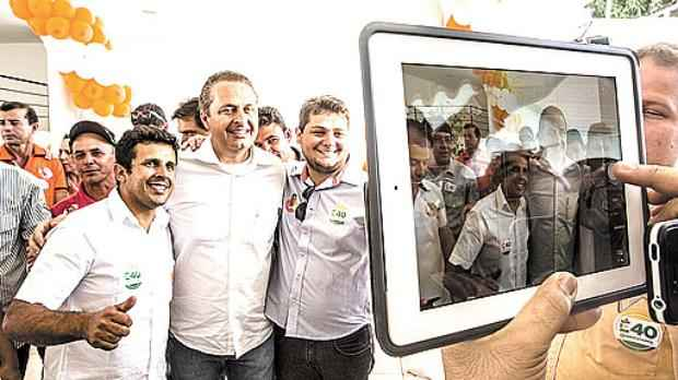 Eduardo ao lado de apoiadores: presidenciável compara a política econômica com a eliminação na Copa (PSB/Divulgação)