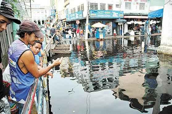 Rua de Manaus inundada pela cheia do Rio Negro em 2009: enchentes favorecem aumento dos casos de leptospirose (Michael Dantas/A Crítica/AE)