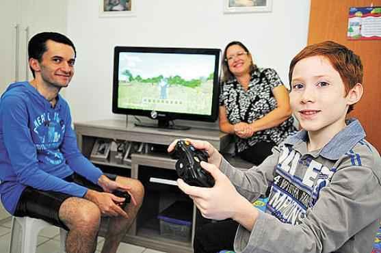 Silvio e Andrea controlam os jogos de Giovani, que gosta das partidas on-line: