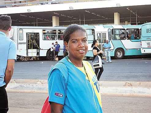 A vendedora Vanessa perde horas no trajeto entre Ceilândia e o trabalho itinerante entre diversas cidades do DF (Juliana Espanhol/Esp. CB/D.A Press)