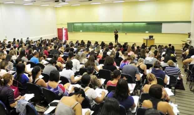 Interessados em uma oportunidade no serviço público enchem a sala de aula dos cursinhos em Brasília (Ed Alves/CB/D.A Press - 28/9/13)