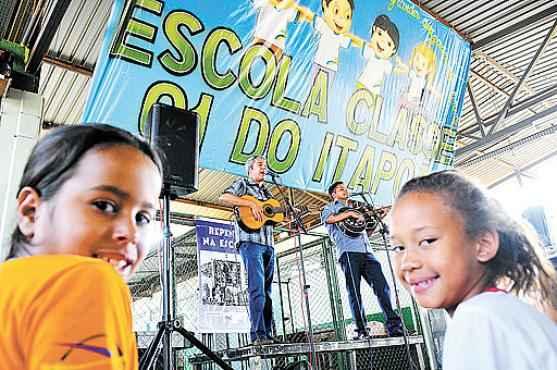 Beatriz e Jasmim desconheciam o repente e se divertiram com as referências usadas pelos cantadores (Janine Moraes/CB/D.A Press)