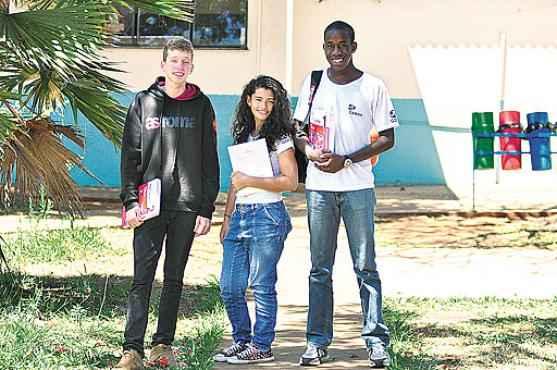 Alunos do 3º ano do ensino m�dio, Yohanan, Monara e Felipe v�o aproveitar o fasc�culo Correio Braziliense no Enem nesta reta final de prepara��o  (Paula Rafiza/Esp. CB/D.A Press)