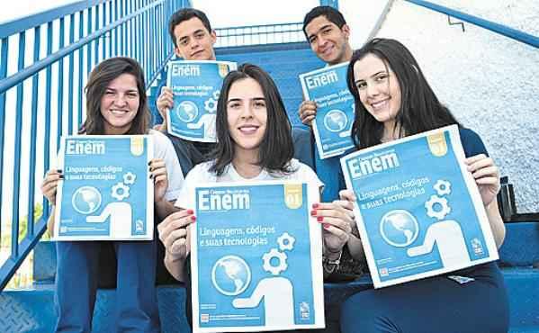 Os alunos do Leonardo da Vinci Juliana, Igor, Lara, Mateus e Maria Paula avaliam que a publicação  traz os jovens para a realidade e os ajuda na preparação para o Enem (Paula Rafiza/Esp. CB/D.A Press)