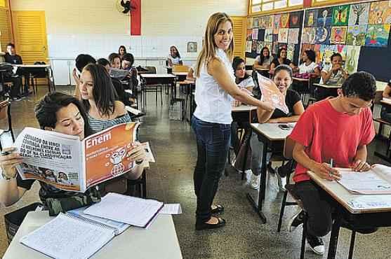 Katilen Vicente distribuiu o suplemento aos estudantes e pretende usar as próximas edições em sala de aula (Paula Rafiza/Esp.CB/D.A Press)