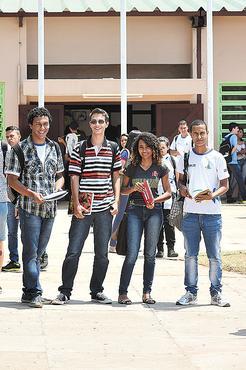 Física é a prova tida como a mais difícil para Gabriel, Érica e Douglas. João vitor (camisa xadrez) não tem dificuldades com a disciplina (Ed Alves/CB/D.A Press)