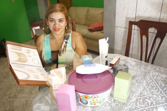 Rita tem dois empregos e revende produtos de cinco marcas (Oswaldo Reis/Esp. CB/D.A Press)