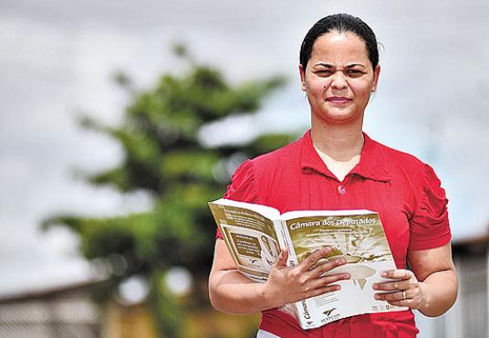 A brasiliense Adriana Inocêncio, 31 anos, se formou em administração com bolsa do ProUni: %u201CAcordava de madrugada para estudar%u201D