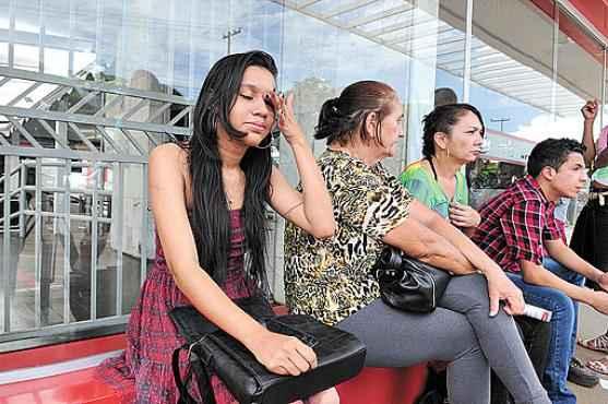 Jéssica Daiane estava inconsolável: saiu de casa, em Ceilândia, às 10h, mas se atrasou por causa da falta de ônibus e de um engarrafamento (Antonio Cunha/CB/D.A Press)