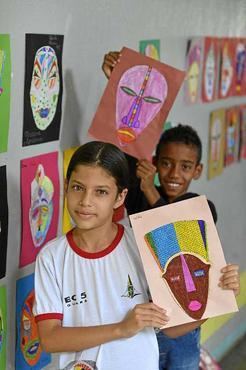 Isabele e Carlos, 10 anos coloriram máscaras africanas  (Gustavo Moreno/CB/D.A Press)