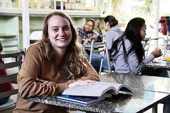 Erin Vogel, 24 anos, pretende usar o próximo ano para treinar as matérias básicas cobradas nos certames (Ana Rayssa/Esp. CB/D.A Press)