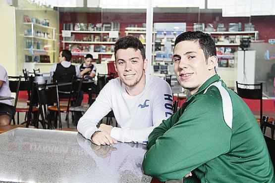 Rodrigo Nunes, 21, e Matheus Augusto, 19: passar no concurso do INSS est� nos planos de 2015 (Ana Rayssa/Esp. CB/D.A Press)