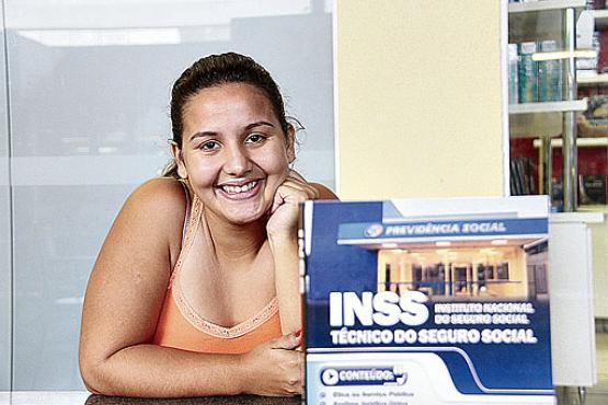 Rhaissa Aragão, 21, sonha em conquistar uma vaga no TCU. Enquanto a chance não chega, foco está no INSS (Ana Rayssa/Esp. CB/D.A Press)