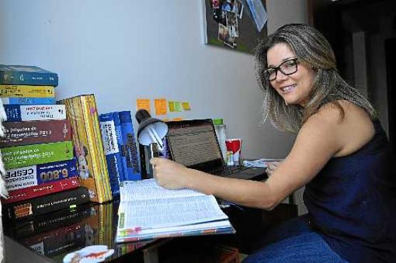 Para conquistar uma vaga, Virgina estuda 10 horas por dia  (Paula Rafiza/Esp. CB/D.A Press )