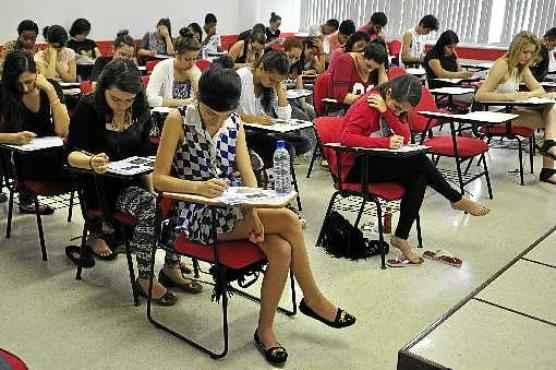 No último domingo, 11 mil alunos de terceiro ano de ensino médio concorrem a 2.106 vagas oferecidas pela UnB (Paula Rafiza/Esp. CB/D.A Press)