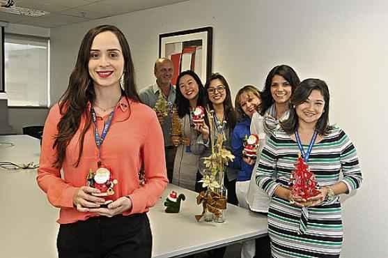 Nathalya Pacheco (� frente) integra a comiss�o organizadora da festa para funcion�rios em um banco p�blico (Antonio Cunha/CB/D.A Press  )