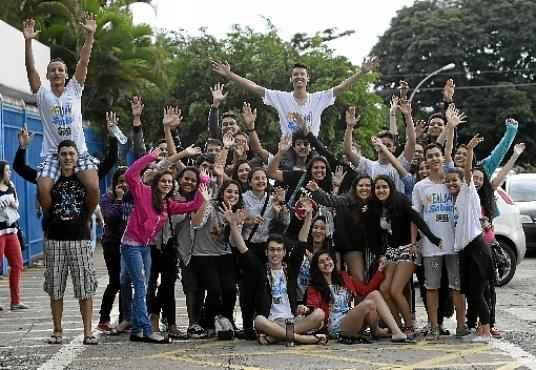 Turma se reúne em frente a um colégio da Asa Sul para comemorar o fim da primeira experiência no PAS: hora de pensar no futuro (Ed Alves/CB/D.A Press)