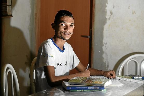 Aos 22 anos, Juan Dias concluiu a educação básica neste mês: agora disputará uma vaga na universidade  (Ed Alves/CB/D.A Press)