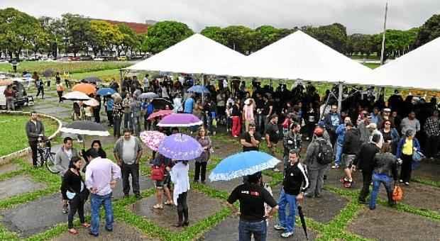 Cerca de 600 professores se reuniram ontem em frente ao Pal�cio do Buriti: em caso de greve, o ano letivo ainda pode ser muito prejudicado (Paula Rafiza/Esp. CB/D.A Press)
