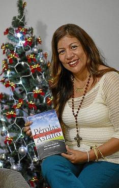 Vânia exibe orgulhosa a obra : ela também dá palestras sobre a sua vida (Gustavo Moreno/CB/D.A Press)